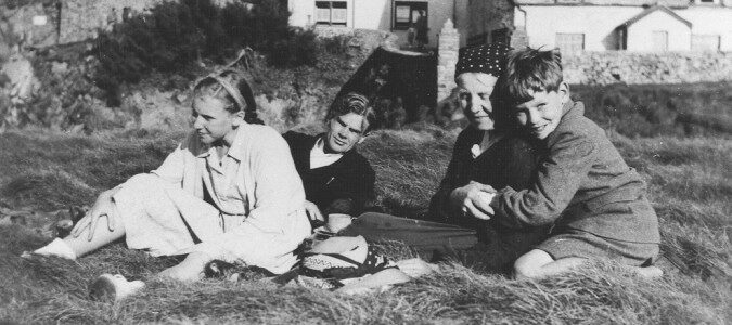 Lucy, Owen, Maud, Jeffrey – 1946 in Cornwall. The 1st and 3rd Narnia books are dedicated to the Barfield children.
